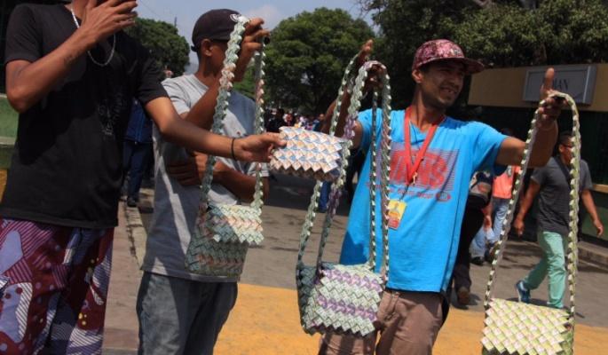 Foto # 1. Bolsos hechos con bolívares